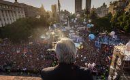 El Presidente argentino, Alberto Fernández, frente a la multitud reunida en Plaza de Mayo