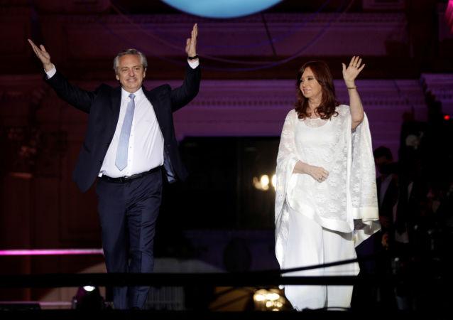 El presidente, Alberto Fernández, y la vicepresidenta, Cristina Fernández saludan a la multitud en Plaza de Mayo