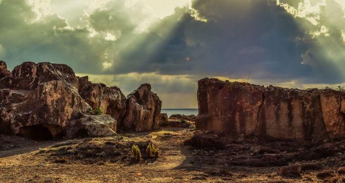 Rocas y piedras en una costa (imagen referencial)