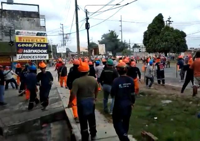 Los enfrentamientos violentos entre los obreros y la Policía en Perú dejan a un herido