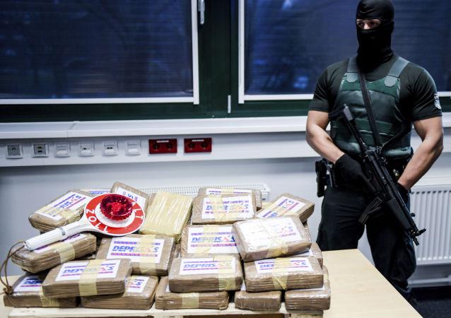 Un oficial con un cargo de cocaína (archivo)