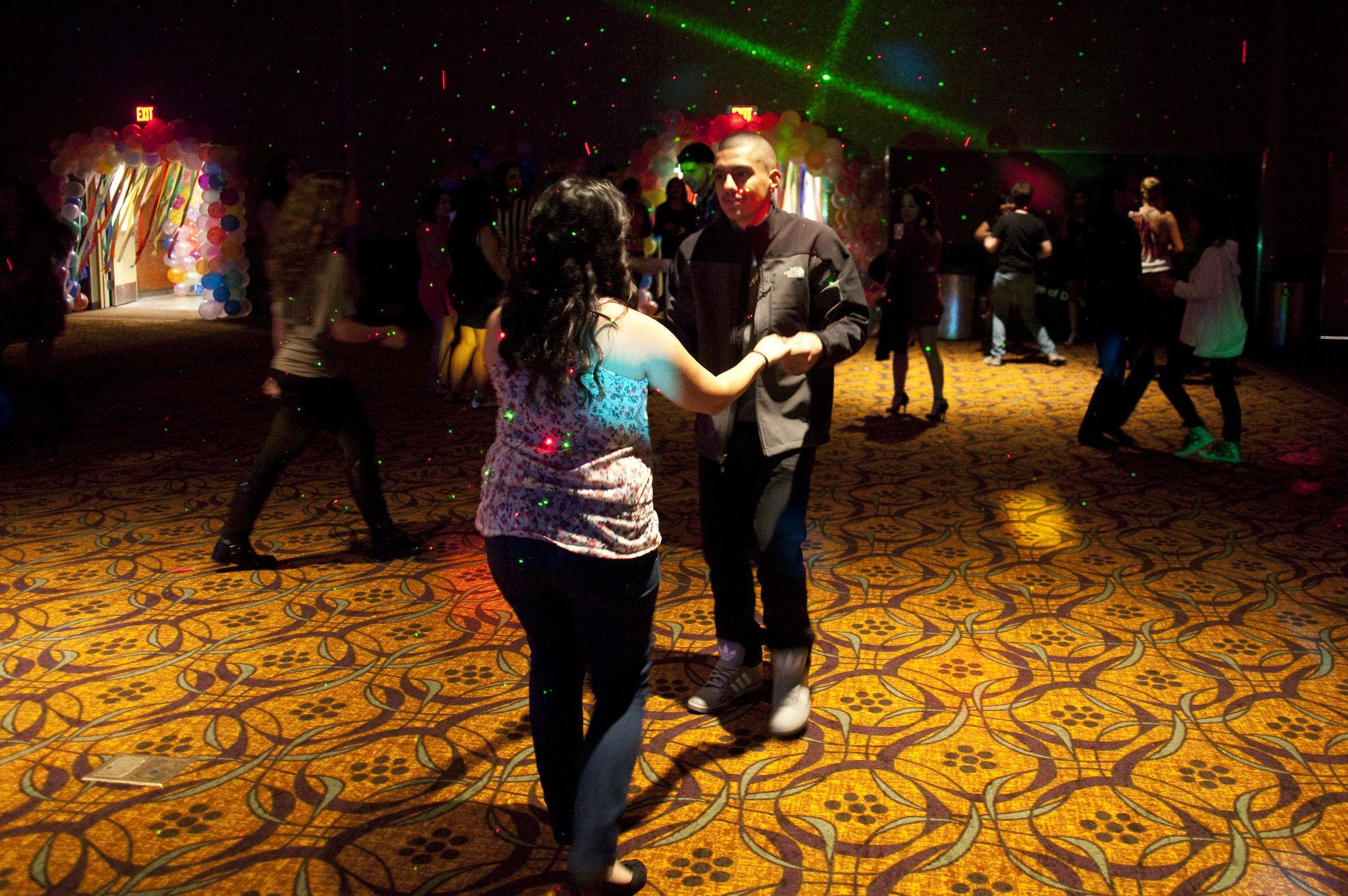Dos personas bailan bachata