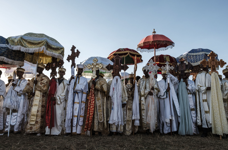 Sacerdotes ortodoxos etíopes participan en la celebración anual de Timkat, la Epifanía etíope