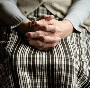 Manos de una mujer anciana (imagen referencial)
