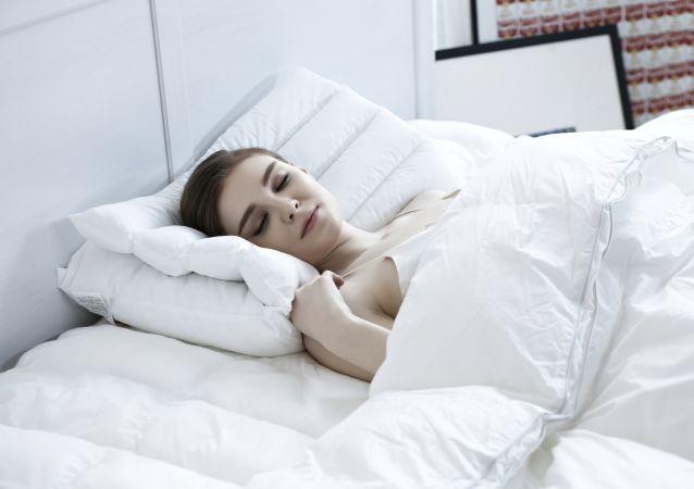 Una mujer duerme