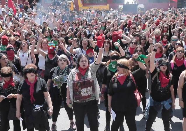 Manifestantes feministas queman espantapájaros de Piñera en Valparaíso