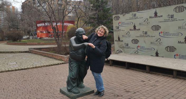 Silvana Jarmoluk Stroganova en el monumento al actor Yevgeny Leonov
