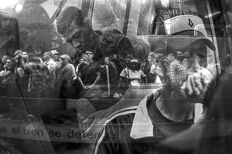 Reflejos - personas esperando transporte en Caracas