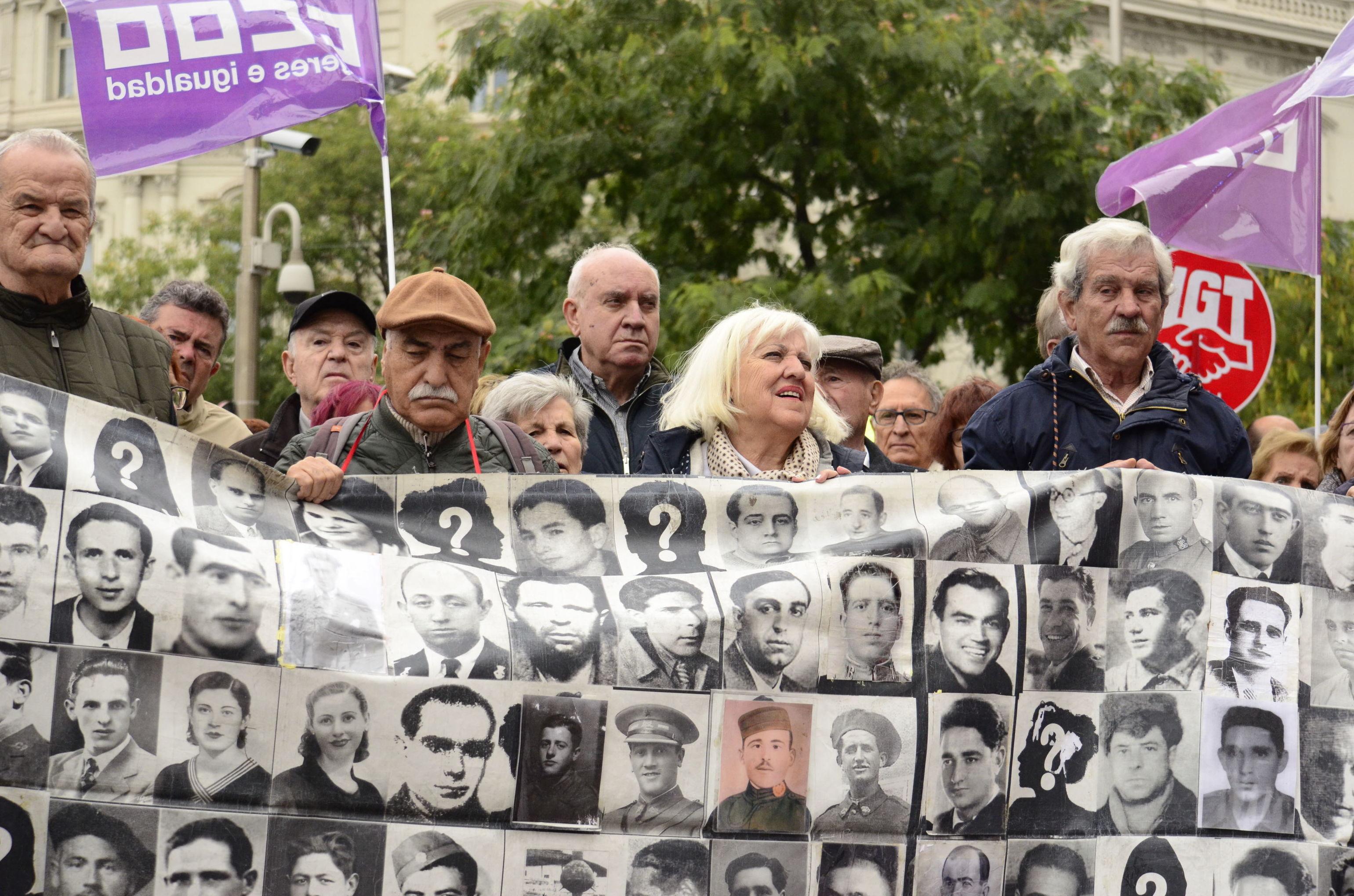 Descendientes de las víctimas del franquismo manifiestan por restablecer la justicia histórica en el caso de 13 rosas
