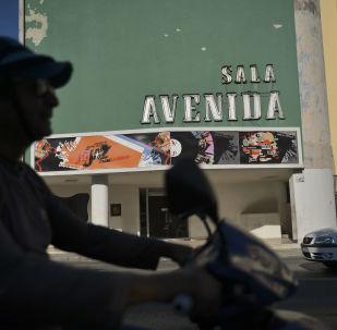 Un motociclista pasa por la Avenida Cínema en la Habana