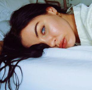 Una mujer en la cama