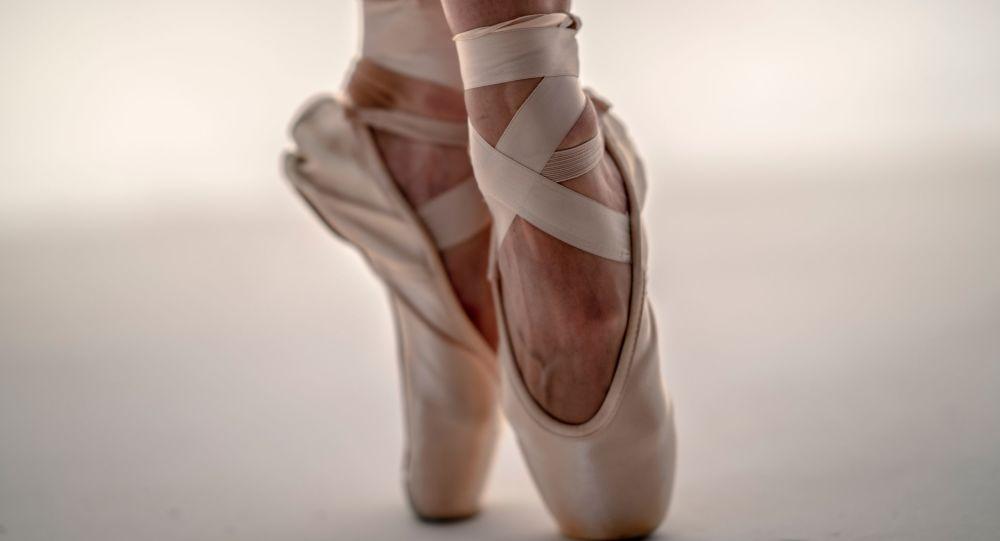 Los pies de una bailarina (archivo)