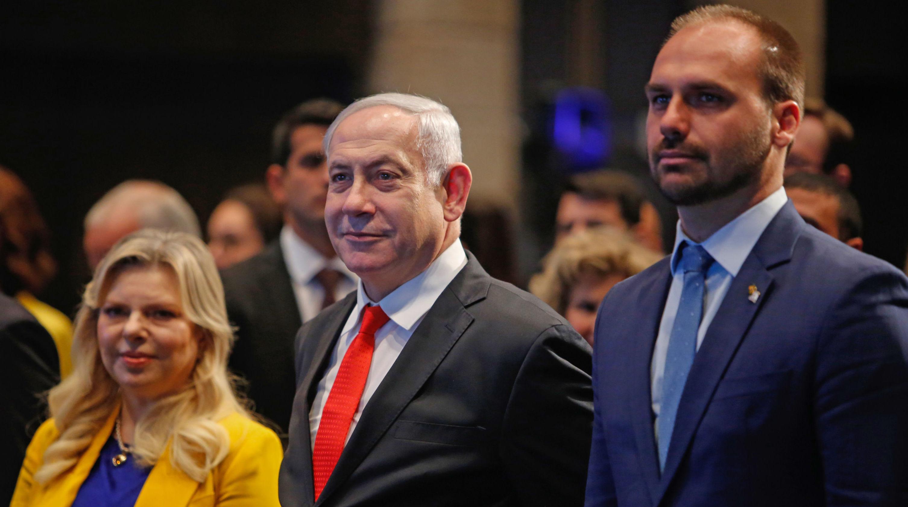 Benjamín Netanyahu, junto a su esposa Sara, y Eduardo Bolsonaro durante la ceremonia de inauguración de la oficina comercial brasileña en Jerusalén