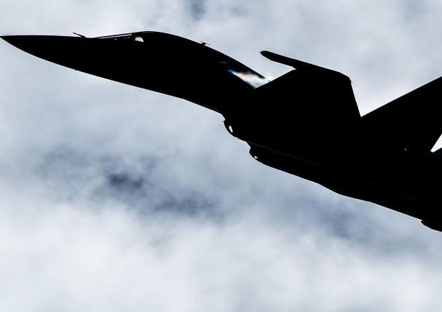 Silueta de un caza Sukhoi en el cielo (imagen refrencial)