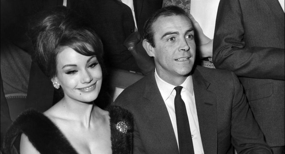 Claudine Auger, la actriz y modelo francesa, y Sean Connery, actor escocés