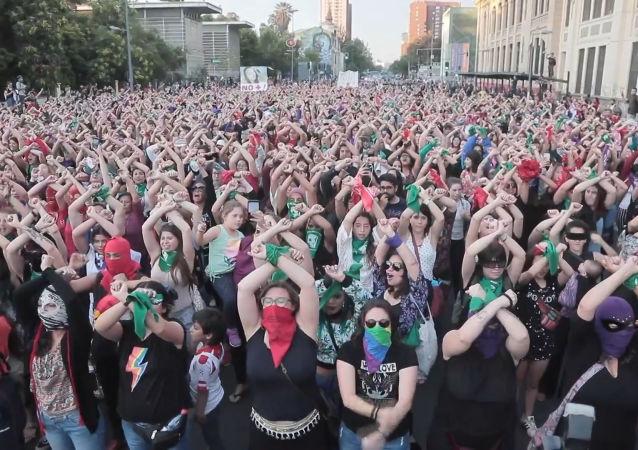 Miles de chilenos celebran un mitin masivo contra los feminicidios en Santiago