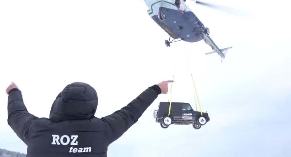 Un todoterreno lanzado desde un helicóptero