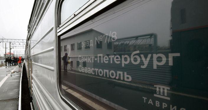 Tren de pasajeros San Petersburgo-Sebastopol que pasará por el puente de Crimea