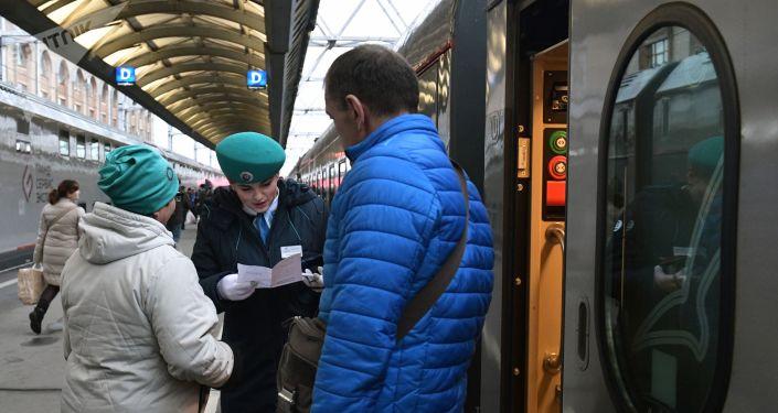 Pasajeros suben al tren San Petersburgo-Sebastopol que pasará por el puente de Crimea