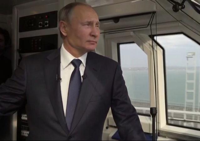 El presidente de Rusia, Vladímir Putin, participa en la ceremonia inaugural del tramo ferroviario del puente de Crimea