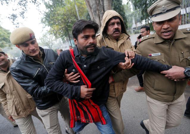 Policía detiene a los manifestantes en Nueva Delhi