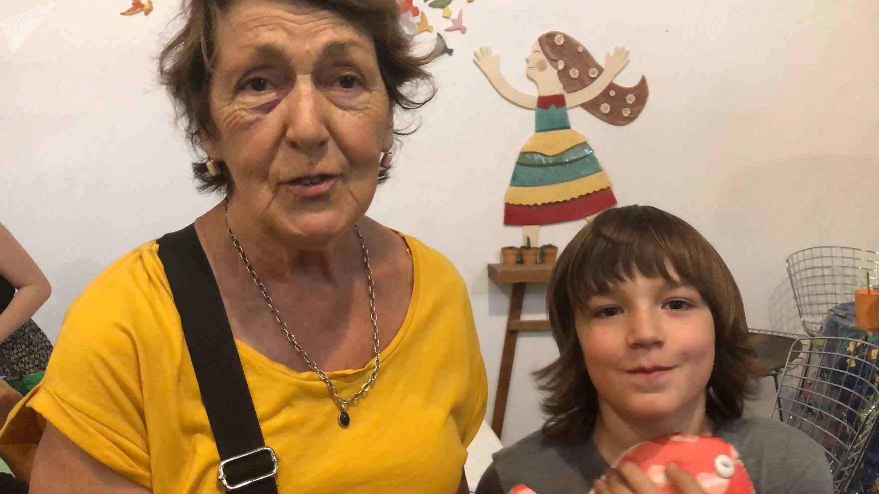 Beatriz y su nieto Ramiro se acercaron ya por tercera vez para dar una mano en esta acción solidaria