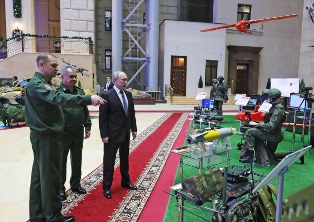 El presidente de Rusia, Vladímir Putin, examina el nuevo módulo de combate