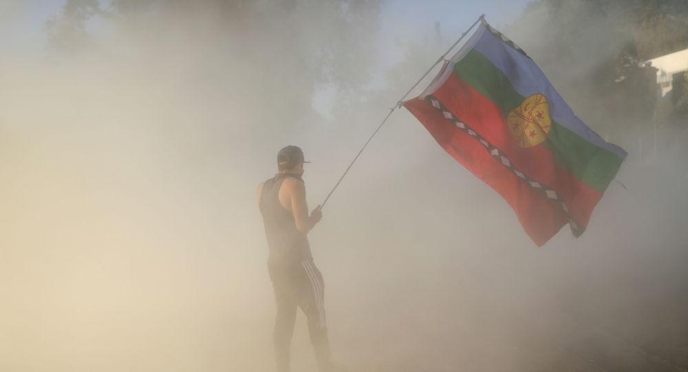Un manifestante agita una bandera mapuche durante una protesta contra el Gobierno de Chile en Santiago