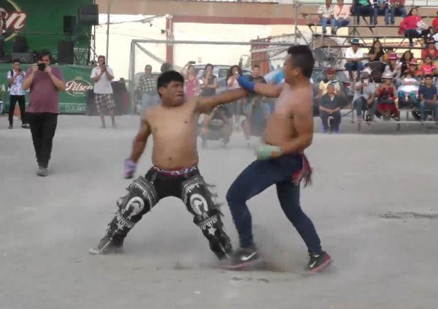 Los peruanos dejan todo lo malo del año saliente… en una pelea a puños