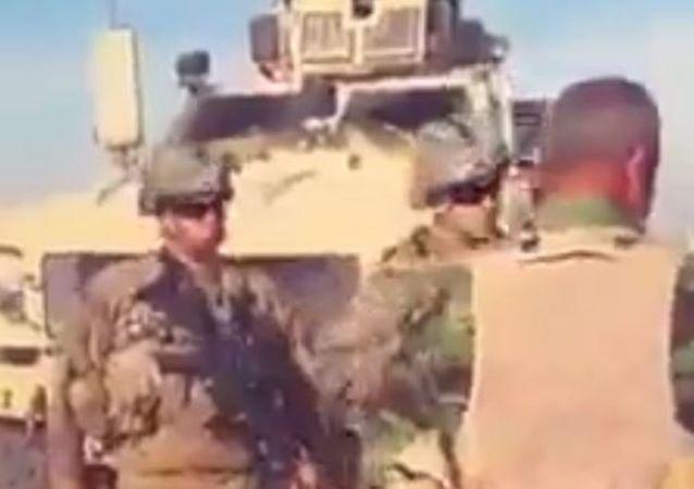 Soldado sirio se enfrenta a los soldados estadounidenses