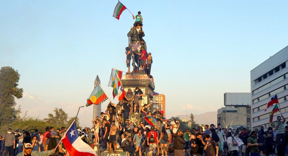 Manifestantes en Plaza de la Dignidad, Santiago de Chile