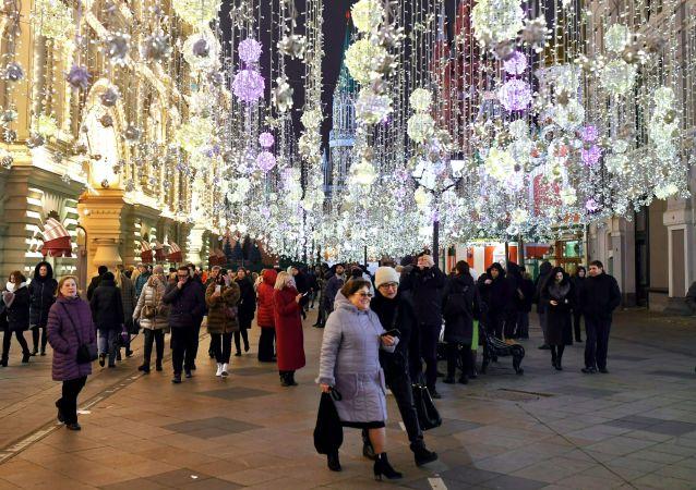 Personas caminan por la calle Nikolskaya de Moscú