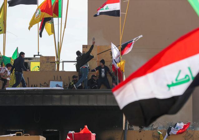 Manifestantes protestan en la Embajada de EEUU en Bagdad