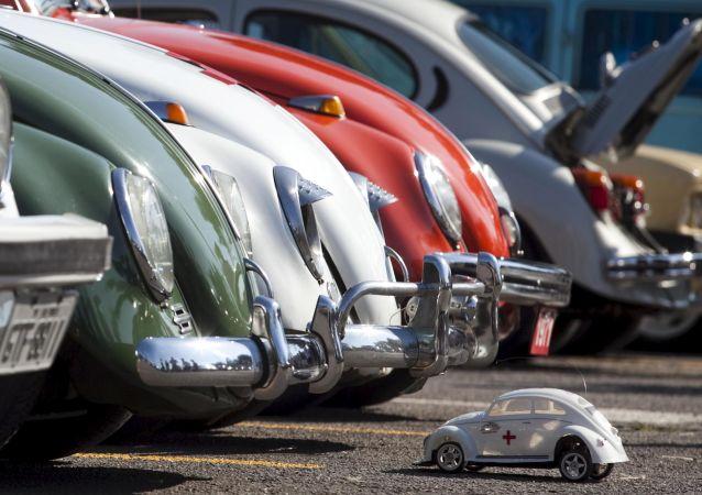 Varios Beetle frente a un Escarabajo de juguete