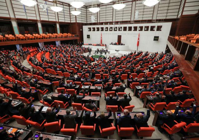 Los legisladores turcos votan el proyecto de ley que permite el despliegue de tropas a Libia