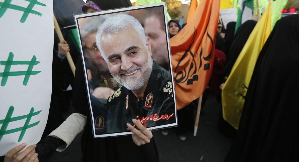 Manifestantes iraníes con la foto del general Qasem Soleimani (archivo)