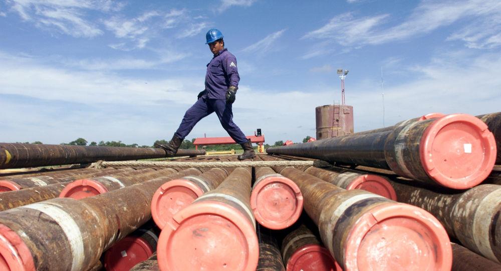 Un trabajador de la compañía petrolera estatal de México, PEMEX