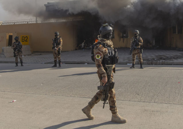 Militares iraquíes frente a la embajada de EEUU en Bagdad