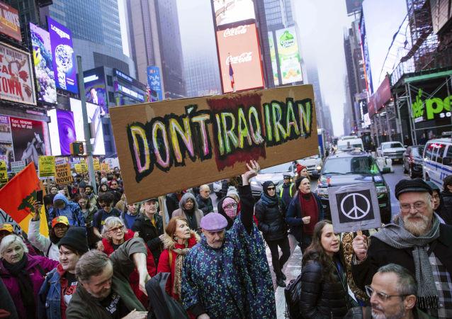 Activistas marchan en Times Square para protestar contra las recientes acciones militares estadounidenses en Irak