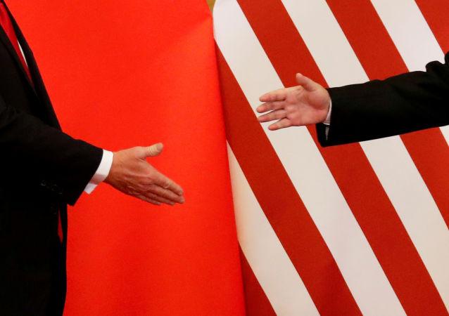 El presidente de Estados Unidos, Donald Trump, y el presidente de China, Xi Jinping, se dan la mano
