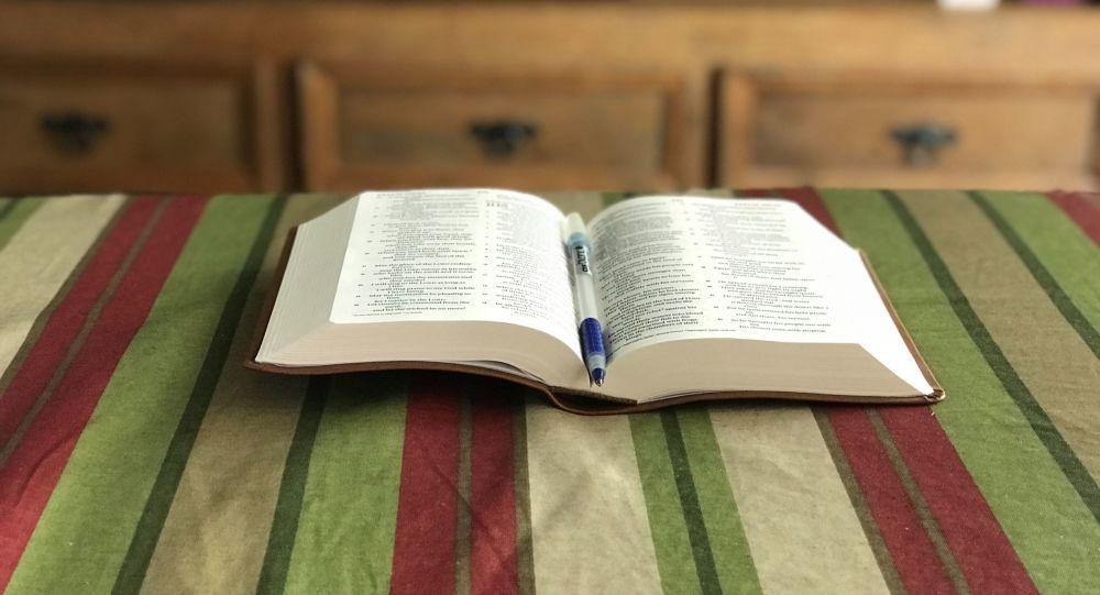 Un libro abierto con un bolígrafo (imagen referencial)