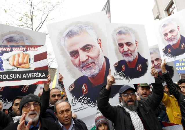 Manifestantes con carteles del general Soleimani