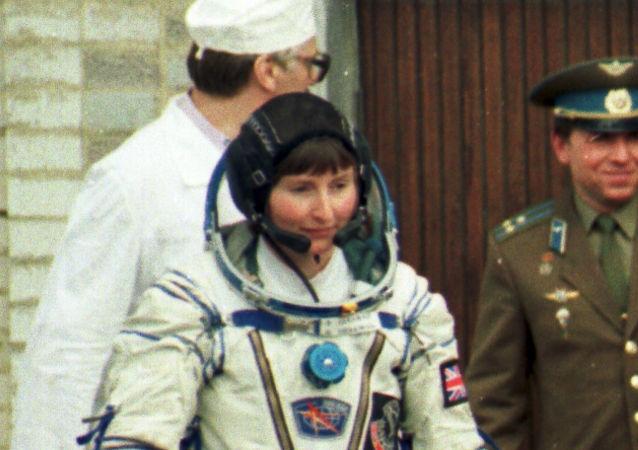 La astronauta británica Helen Sharman camina hacia la nave espacial Soyuz TM-12