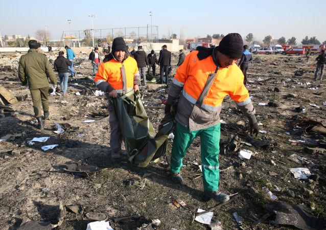 Los rescatistas en el lugar de la catástrofe aérea del avión ucraniano Boeing 737 en Irán.