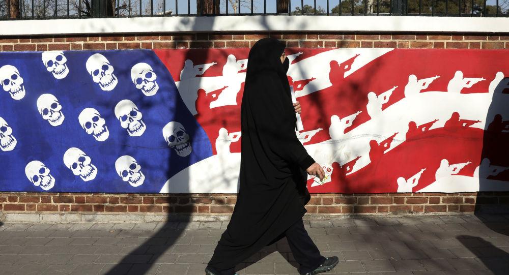 Un muro en Teherán pintado con colores de la bandera de EEUU