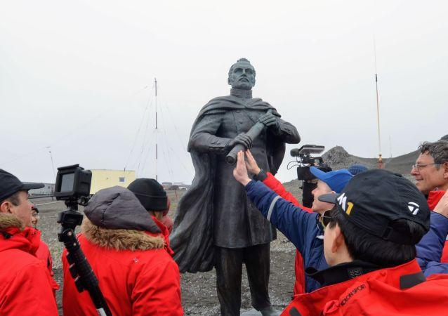 Monumento al navegante ruso, el descubridor de la Antártida, Fabian Gottlieb Bellingshausen