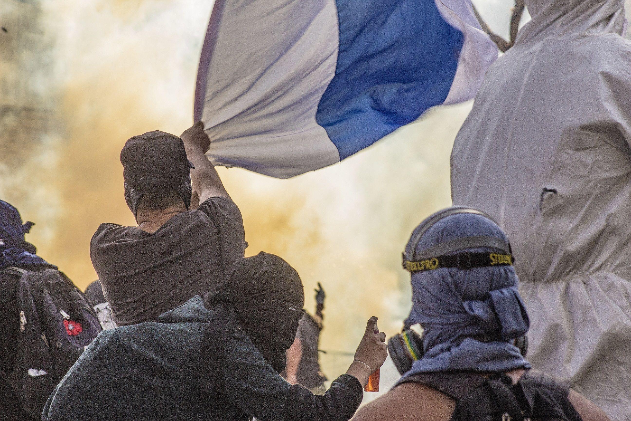 Bandera de la Católica de Chile flameando en Plaza de la Dignidad