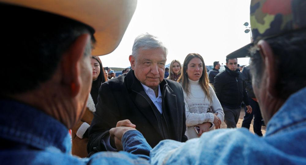 El presidente de México Andrés Manuel López Obrador saluda a un integrante de la familia LeBarón
