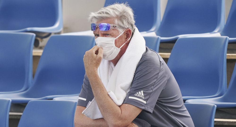Un espectador del Abierto de Australia utiliza una mascarilla por la mala calidad del aire