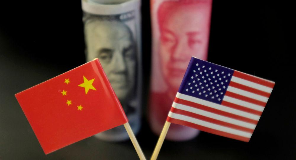 Las banderas y las monedas de China y EEUU